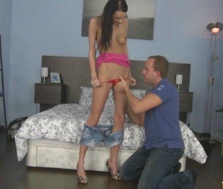 Мужик занимается сексом с очень худой девушкой Эвелиной на кроватке